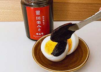 ゆでたまごの赤味噌かけ